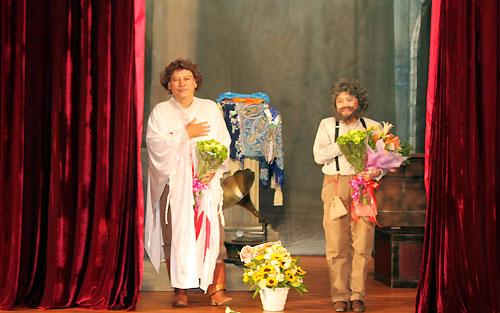 """Ái Như (phải) và Thành Hội hóa thân trọn vẹn vào hai nghệ sĩ già trong vở kịch """"Đêm thiên nga"""". Diễn xuất của cả hai liên tục nhận được tràng pháo tay từ khán giả."""