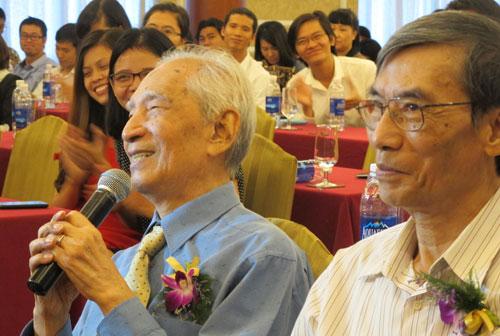Nhà nghiên cứu Nguyễn Đình Đầu (trái) phát biểu.
