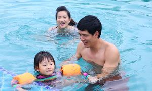 Gia đình Bình Minh thư giãn bên bể bơi
