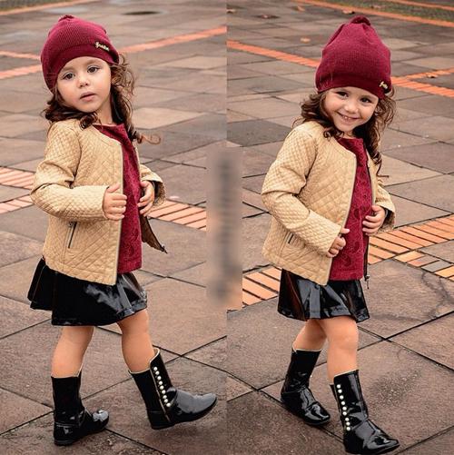 Sự phối màu hợp màu sắc đồng điệu giữa các món đồ thời trang với nhau giúp cô bé