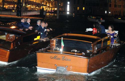 Chiếc tàu thứ hai, chở George Clooney và nhóm bạn bè của anh tới nhà hàng Da Ivo nổi tiếng.