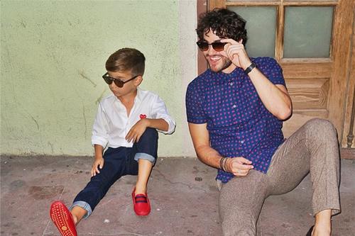 Đối với những bộ cánh đơn giản như quần jeans và sơ mi trắng, một đôi giày màu đỏ nổi bật sẽ giúp
