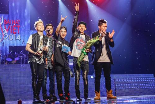 """Nhóm FB Boiz vui mừng khi ca khúc mới đoạt giải """"Bài hát của tháng"""" trong sân chơi âm nhạc."""