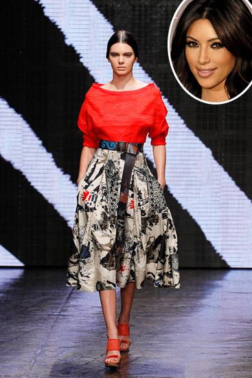 Việc Kendall liên tục xuất hiện tại các buổi trình diễn của thương hiệu lớn khiến nhiều người cho rằng nó có sự góp sức của chị gái Kim Kardashian và anh rể Kanye West quyền lực.