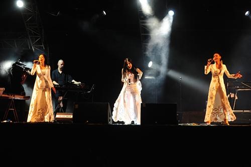 Nhóm 5 Dòng Kẻ diện trang phục trắng, khoe chất giọng đầy nội lực qua ca khúc chủ để của album mới nhất - Rơi.
