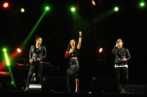 Thể hiện ca khúc Nối vòng tay lớn, Hà My, Hoàng Hiệp và Thái Châu liên tục khiến khán giả hát theo.