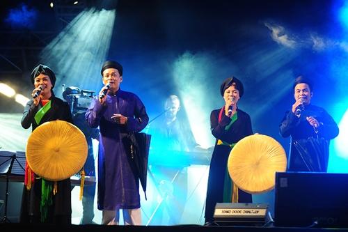 Lễ hội âm nhạc còn để lại ấn tượng sâu đậm với những tiết mục vô cùng độc đáo khi pha trộn hát quan họ, hát xẩm, ca trù trên nền nhạc điện tử.