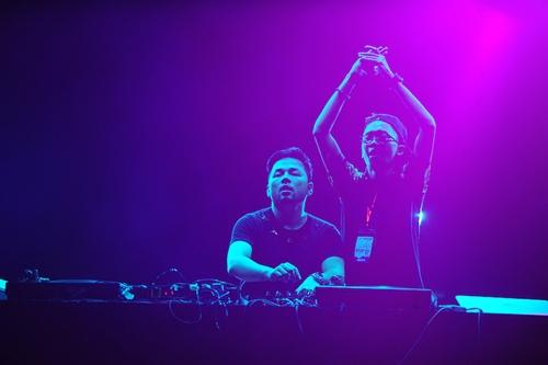 """Ngay từ 18h, """"Gió mùa"""" đã được khuấy động bởi màn trình diễn của DJ Tuấn Kruise. Là một trong những DJ nổi tiếng đầu tiên ở Việt Nam, Tuấn Kruise cống hiến màn chơi Electro, House thời thượng."""