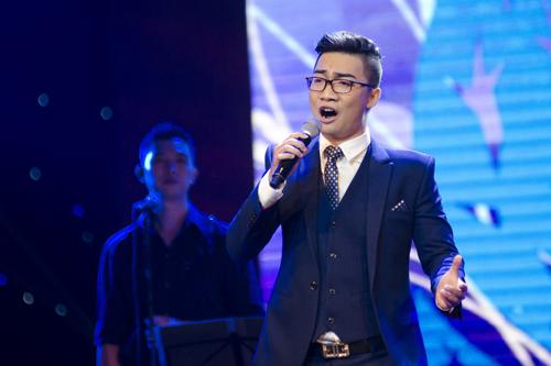 Chàng trai 22 tuổi lôi cuốn khán giả với giọng hát truyền cảm và bản lĩnh sân khấu vững vàng.