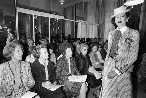 Kể từ khi cho ra đời dòng trang phục ứng dụng (ready-to-wear) đầu tiên vào năm 1978, Chanel luôn là cái tên đình đám trong giới thời trang, được giới chuyên môn kỳ vọng. Trên ảnh là show diễn ứng dụng mùa thứ hai của nhà mốt, với một thiết kế bằng vải tweed thông dụng vào thời kì đó.