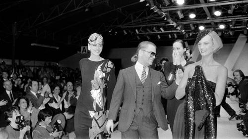 1984 cũng là năm đầu tiên đánh dấu sự góp mặt của Karl Lagerfeld, với vai trò là giám đốc sáng tạo mới của Chanel. Ông đã mang đến luồng sinh khí mới đầy trẻ trung và độc đáo trong các thiết kế cũng hãng.