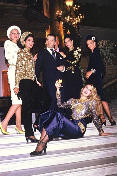 Dàn mẫu của bộ sưu tập Thu Đông 1984, diện những chiếc áo tweed đính đá lấp lánh, tụ hội sau buổi trình diễn.