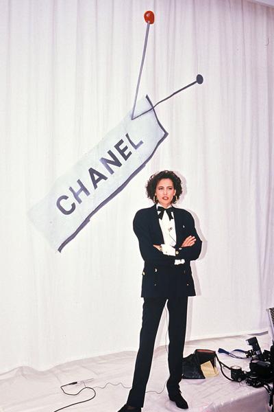 Người mẫu Pháp Ines de la Fressange diện một bộ suit menswear của Chanel trong năm 1987.