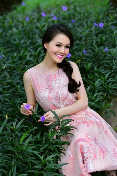 Với má lúm đồng tiền duyên dáng, cô được nhiều người nhận xét có gương mặt giống Hoa hậu Diễm Hương.