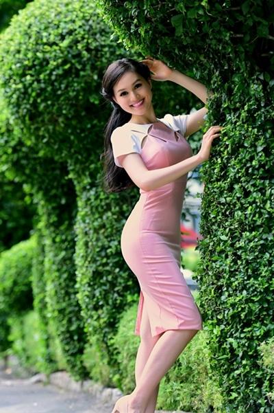 Được khen ngợi với vẻ đẹp trong sáng, Huy Trần đặc biệt thích hợp với những bộ váy màu nhã nhặn, thiết kế kín đáo, thanh lịch.