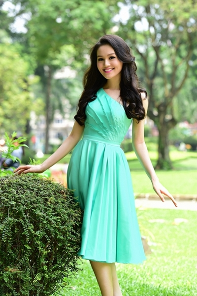 Với mỗi trang phục, người đẹp lại thay đổi kiểu tóc cho phù hợp.