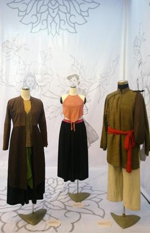 Gồm những trang phục từ váy đụp, yếm đào, trang phục áo tứ than (bao gồm phụ kiện: giày, dép, khăn, mũ&), trang phục thường dân, trang phục của giới tư sản, áo dài thiếu nữ, áo dài cách tân của các thế hệ lớn tuổi gốc Hà Nội&
