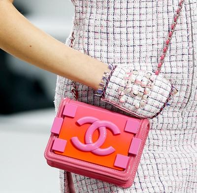 Từ những chiếc túi in logo Chanel, vali bọc da in chữ Louis Vuitton cho đến áo len của Kenzo, khăn choàng cổ Hermes& Tất nhiên, những cô gái yêu thời trang luôn bị cuồng vật phẩm mang tính biểu tượng từ các nhãn hàng cao cấp, nhưng hãy cân nhắc kinh phí cũng như sự phù hợp đối với bản thân.