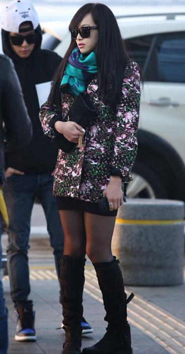 Trưởng nhóm F(x) cực chất trong chiếc áo blazer in hoa của Givenchy (giá 2955$ - khoảng 62 triệu đồng). Cô kết hợp cùng boots cao cổ vào xắc tay đen của Yves Saint Laurent (giá 1300$ - khoảng 27,5 triệu đồng).