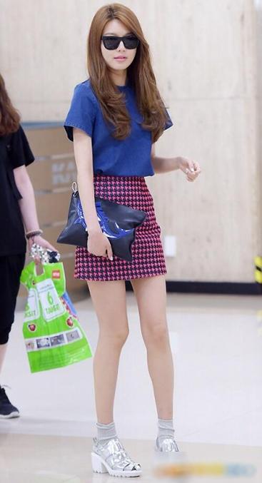 SNSD Soo Young nổi bật với chân váy ngắn khoe chân dài thon thả kết hợp cùng áo denim năng động. Cô chọn đôi sandal ánh kim thời trang cùng chiếc xắc tay trong bộ sưu tập mới nhất của Kenzo (170$ - khoảng 3,5 triệu đồng).