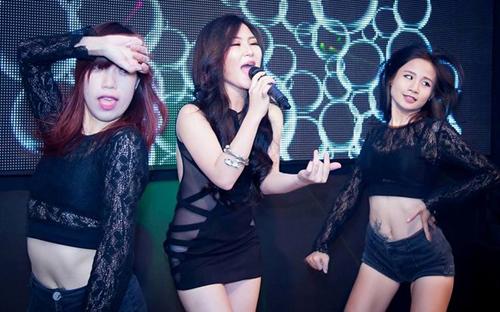 Hương Tràm diện bộ váy xuyên thấu lộ rõ nội y khi biểu diễn tại một quán bar tại Hà Nội hôm 25/8.
