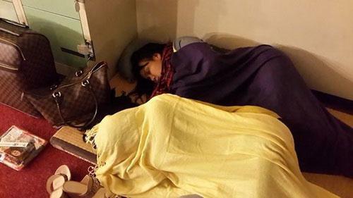 Nhạc sĩ Minh Vy - chồng ca sĩ Cẩm Ly xác nhận - vợ anh nằm trong bức hình này nhưng không phải nằm ở ngoài đường như hiểu nhầm của mọi người mà là nằm ở một góc sân khấu tại Nhật để nghỉ ngơi.
