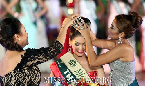 Punika Kulsoontornrut nhận vương miện Hoa hậu nước tại Miss Earth 2013.
