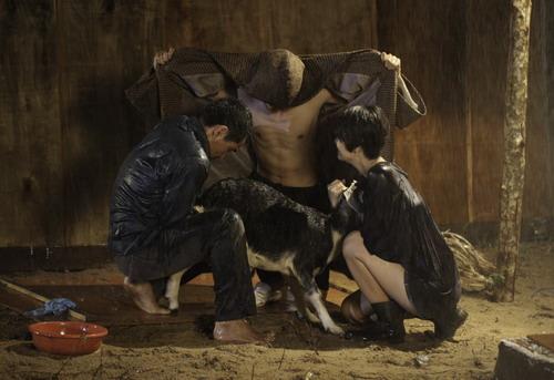 Cảnh quay ba nhân vật chính đỡ đẻ cho một con dê trong phim.