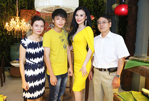 Bố mẹ Cao Thùy Linh cũng rất phấn khởi, tự hào với giải thưởng con gái đã giành được. Mẹ cô là giáo viên còn bố đã nghỉ hưu. Gia đình người đẹp hiện sống tại TP HCM.