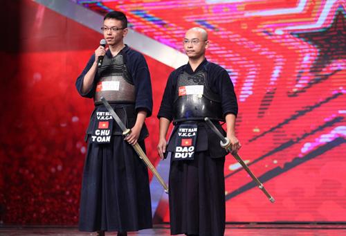Hai thí sinh từ Câu lạc bộ kiếm đạo Hà Nội khiến cả giám khảo lẫn khán giả hoang mang trước bài thi tài năng của mình.