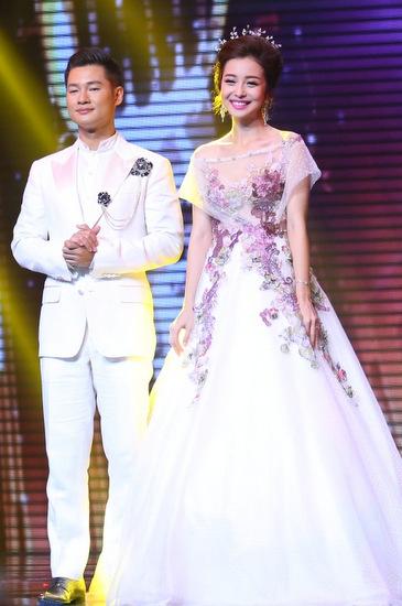 Bộ váy cưới phồng, kết ren cùng chiếc vương miện đính pha lê khiến