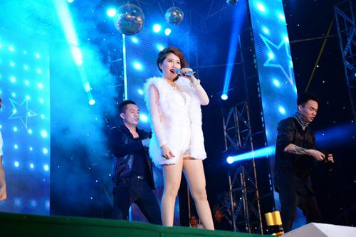 Công chúa bong bóng Bảo Thy vẫn chứng tỏ sức hút mạnh mẽ của mình, với trang phục long trắng muốt nữ ca sĩ như một tiểu công chúa lạc giữa mùa Thu Sài Gòn và cống hiến những màn trình diễn cực nóng bỏng và lôi cuốn.