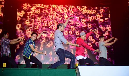 Các chàng trai của nhóm 365 cũng đã có màn kết hợp cùng các DJ để tạo ra những màn trình diễn đầy thăng hoa và cuồng nhiệt.