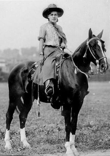 Đến những năm 1880 , nhờ đặc tính rộng và thuận tiện trong việc di chuyển phụ nữ bắt đầu mặc quần ống lửng culottes để cưỡi ngựa thay cho những chiếc váy xòe rộng cồng kềnh.