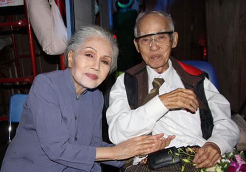 Nhà thơ Kiên Giang bên Út Bạch Lan.