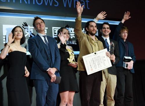 """Đạo diễn James Gunn (thứ hai từ trái sang), trưởng ban giám khảo phim truyện của LHP Tokyo lần thứ 27, công bố danh hiệu """"Tokyo Grand Prix"""" dành cho bộ phim """"Heaven Knows What""""."""