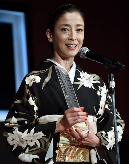 """Nữ diễn viên Rie Miyazawa diện kimono lên sân khấu nhận giải """"Nữ diễn viên xuất sắc"""" với vai diễn trong """"Pale Moon"""". Ảnh: AFP."""