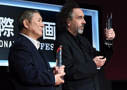 Đạo diễn Takeshi Kitano (trái) và đạo diễn Tim Burton nhận giải thưởng Samurai. Ảnh: AFP.