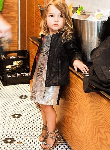 Tiểu thư sành điệu với váy ánh kim kết hợp cùng áo khoác da cá tính.