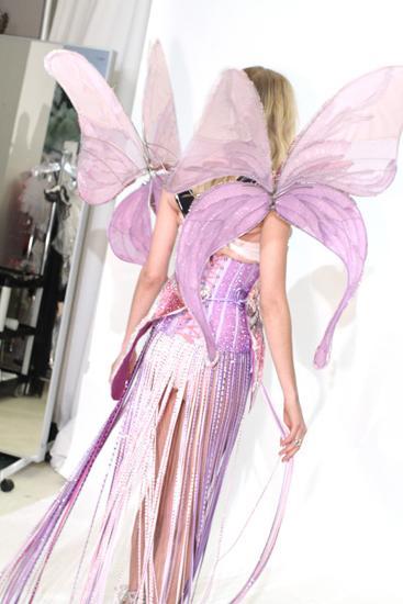 """Bộ trang phục này nằm trong bộ sưu tập """"Truyện cổ tích"""" và nặng tới hơn 18 kg."""