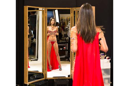 Trong show lần này, người mẫu Brazil sẽ biểu diễn ba màn. Lần đầu, cô diện bộ Fantasy Bra để diễn cho bộ sưu tập nói về chuyến du lịch kỳ lạ. Lần hai, cô
