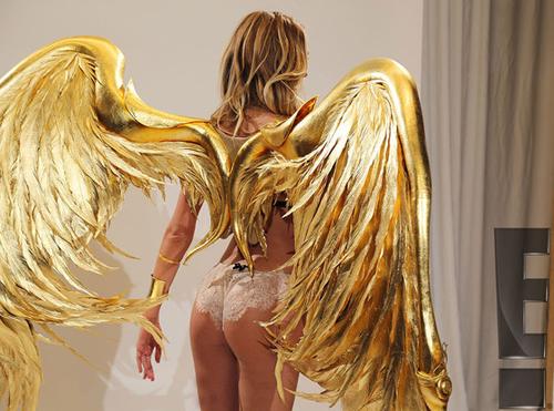 Candice tâm sự, một trong những áp lực lớn nhất khi biểu diễn cho show nội y của Victoria's Secret là phải