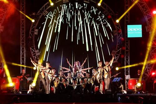 MỸ Tâm thể hiện phong cách trẻ trung và tràn đầy năng lượng trên sân khấu.