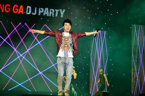"""Ưng Hoàng Phúc làm khán giả Cần Thơ bùng nổ với chùm hit """"Thà rằng như thế"""" được remix lại với phong cách nhạc DJ sôi động"""