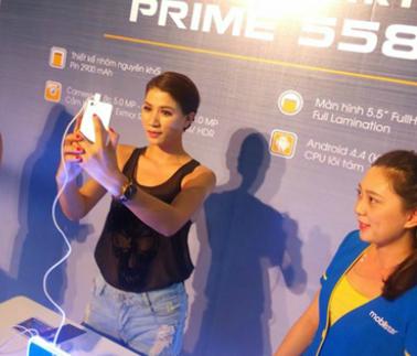 """Trước khi diễn ra chương trình, Harry Lu và Trang Khàn cùng trải nghiệm và giao lưu với các bạn khán giả Cần Thơ. Không chỉ được trải nghiệm cùng thần tượng, fans còn có dịp """"tự sướng"""" với các sao bằng sản phẩm smartphone mới nhất của Mobiistar - Prime 558"""