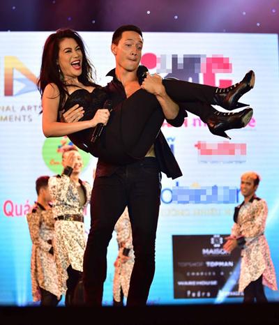 Khán giả có mặt trong đêm Hương Ga DJ Party tại Cần Thơ phấn khích trước màn thể hiện tình cảm của cặp đôi