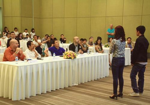 Các nhà làm phim có 15 phút để thuyết trình giới thiệu dự án cho ban giám khảo cùng các nhà đầu tư, sản xuất ngồi phía sau.