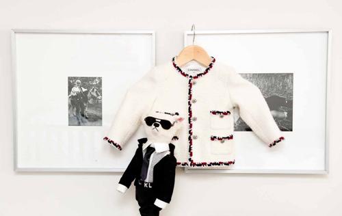 Căn phòng của Hudson được trang trí bằng nhiều hình ảnh và kỷ vật giữa cậu bé với nhà mốt nổi tiếng.