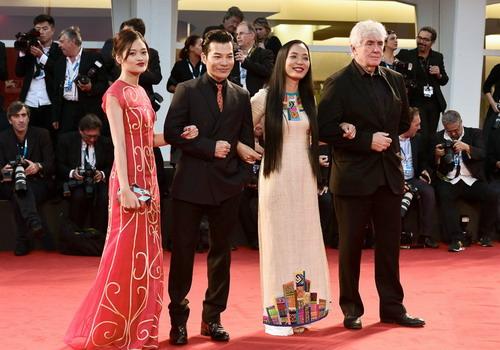 """Hoàng Điệp cùng hai diễn viên của """"Đập cánh giữa không trung"""" là Thùy Anh, Trần Bảo Sơn cùng nhà sản xuất người Pháp - Thierry Lenouvel - xuất hiện trên thảm đỏ LHP Quốc tế Venice ở Italy hồi tháng 9."""