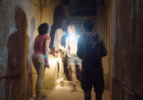 Phim được kể với hình thức giả tài liệu với các góc quay của camera cầm tay.